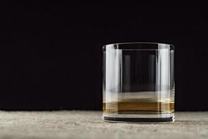Whisky wird in ein Glas gegossen foto