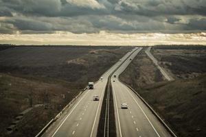 Autobahn erstreckt sich über den Horizont foto