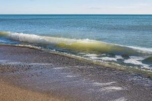 Küste und Surfen am Strand keine Menschen abgelegener Urlaubsort foto