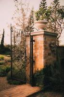 altes gartentor steinbogen eingangswand foto