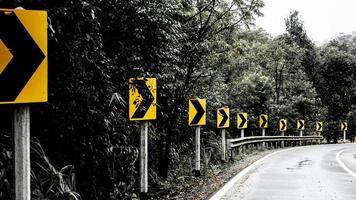 Signal rechts abbiegen auf Landstraße im Wald foto