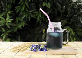 Iced Blue Drink mit Schmetterlingserbsenblüten foto