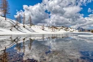 Frühling und Tauwetter in der Nähe von Alpensee in den Bergen foto