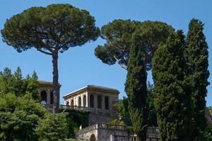 Touristen, die die archäologische Stätte des Forum Romanum in Rom besuchen foto
