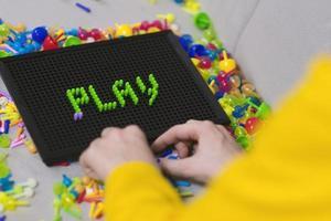 Kind spielt Pinnbrettspiel pin foto