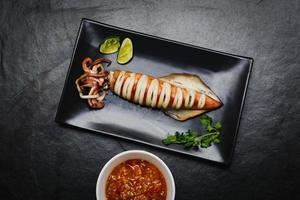 gegrillter Tintenfisch mit Zitrone foto
