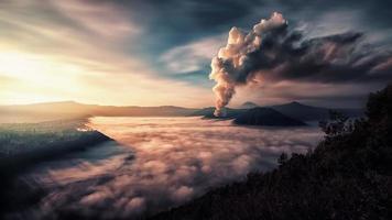 Aktivität am Mount Bromo am frühen Morgen foto