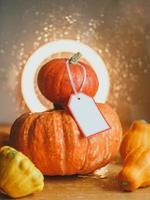 Herbstkomposition aus Kürbissen und Kürbissen foto