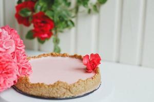 hausgemachter Erdbeer-Cheesecake mit Haferflocken-Basis foto