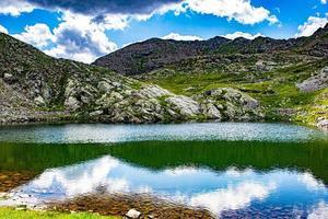 See und felsige Berge foto