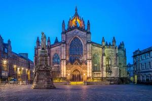 Nachtansicht der Kathedrale St. Giles in Edinburgh, Schottland foto