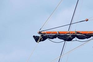 Segelboot-Holzmast im Seehafen foto