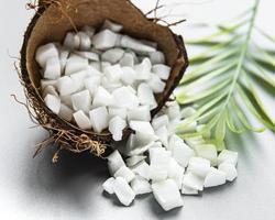 getrocknete süße Kokoswürfel in Schüssel foto