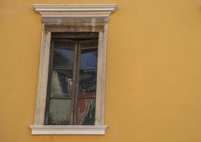 Fenster an ockerfarbener Wand foto