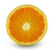 Orangenfrucht auf weißem Hintergrund in Scheiben schneiden foto