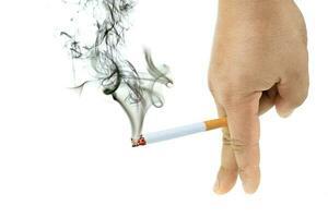 Zigarette brennt mit Rauch bei Männern ist Hand foto