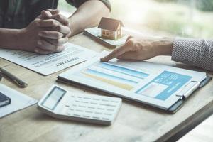 Immobilienmakler diskutieren über Kredite und Zinssätze foto