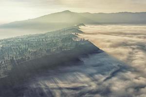 Rand der Bromo-Caldera in den Nebel foto