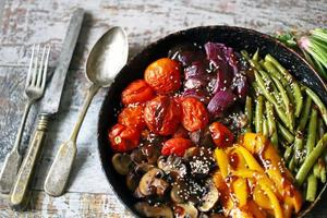 gebackenes Gemüse in einer Pfanne foto