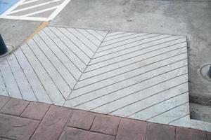Gebäudeeingangsweg mit Rampe für ältere ältere oder nicht selbsthilfefähige Menschen Behinderte Rollstuhl foto