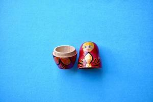 rote Matrioschka-Puppe auf blauem Hintergrund foto