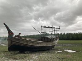 ein Abend am Strand mit einem Boot foto