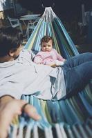 kleines Baby, das einen sonnigen Tag in den Ferien mit Papa genießt foto