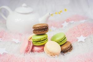 leckere Macarons mit einem Tee in einer Teekanne foto