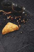 türkische Baklava mit Bio-Schwarztee foto