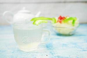 getrocknete Früchte und getrocknete Aloe Vera mit kaltem Soda foto