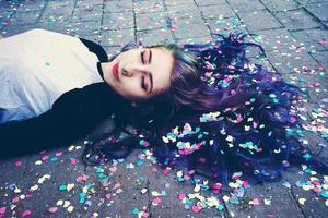 coole junge frau umgeben von konfetti foto