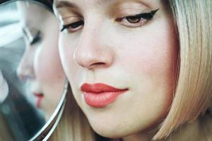 Nahaufnahme einer sinnlichen blonden Frau foto