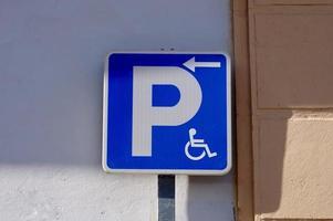 Rollstuhlampel auf der Straße foto