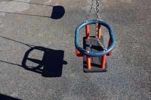 Schaukel auf dem Spielplatz foto