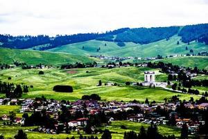 Stadt auf grünen Hügeln foto