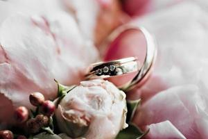 Eheringe mit einem Blumenstrauß. Heiratsantrag. Hochzeit foto