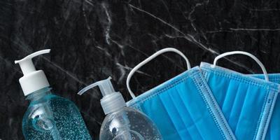 Alkoholgel-Händedesinfektionsmittel und medizinische Maske foto