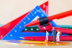 Schüler und Lehrer mit Schreibwarenwerkzeugen zurück zum Schulkonzept foto