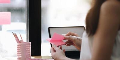 Notebook-Daten-Hausaufgabennachricht, Bildung und Studium mit handgeschriebenem Schreibtisch-Memo, Menschenkonzept foto