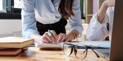 Nahaufnahme von Geschäftsleuten, die sich treffen, um die Situation auf dem Markt zu diskutieren. Geschäftsfinanzkonzept foto