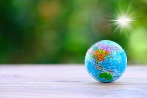 Globus auf Holztisch Hintergrund und Platz für Text foto