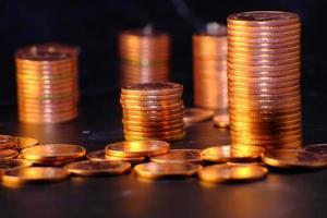 Stapel Münzen auf schwarzem Hintergrund foto