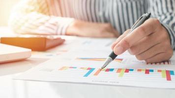 Geschäftsfrau, die einen Taschenrechner verwendet und Notizen schreibt. Steuern, Sparen, Finanzen und Wirtschaftskonzept foto