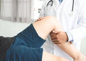Physiotherapeut, der Heilungsbehandlung am Beinsport des Patienten durchführt Physiotherapiekonzept Panoramabanner foto