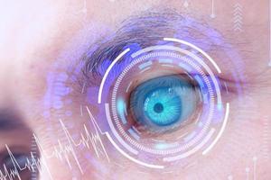 zukünftiger Mensch mit Cyber-Technologie-Augenpanel-Konzept foto