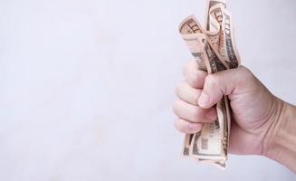 Banknotengeld halten und Geld sparen und Geschäftswachstumskonzept foto