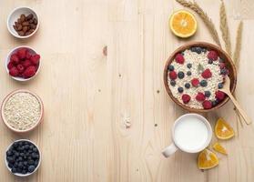 gesunde Frühstückszutaten auf Holztisch, gesundes Lebensmittelkonzept foto