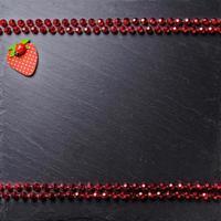 dekorativer Hintergrund, schwarzes Brett mit Dekorationen, Platz für einen Text, Draufsicht top foto