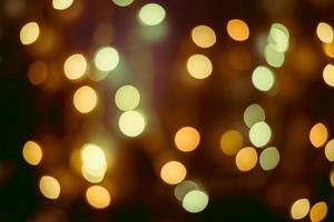 Weihnachtsschmuck auf Bokeh-Hintergrund mit unscharfen Lichtern foto