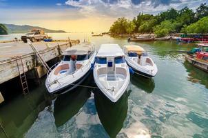 Reisen Sie Schnellboothafen Thailand Versandort Touristenboot zur Insel in Thailand in den strahlend blauen Tagen foto